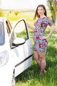 Happy pregnant woman standing near car — Stock Photo