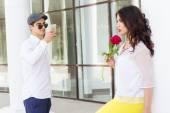 Jongen nemen foto van zijn prachtige vriendin op telefooncamera — Stockfoto
