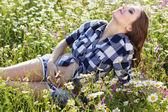 Беременная женщина улыбается на поле цветы ромашки — Стоковое фото