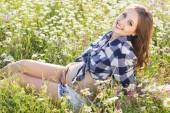 Pregnant smiling woman on daisy field — Stock Photo