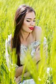 Beautiful girl at the green field — Stock Photo