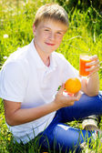 Adolescent tient verre jus d'orange — Photo