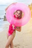 子供の女の子がビーチでゴム輪で水着を着ています。 — ストック写真