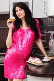 怀孕幸福的女人,在厨房里吃蛋糕 — 图库照片