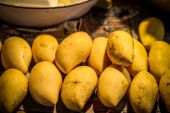 Selling yellow mango in Samui market, Thailand — Stock Photo