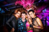 KOH SAMUI, THAILAND 2013, 2 APRIL Transvestites in Chaweng nightclub take a picture with tourists — Stok fotoğraf
