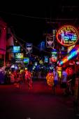 KOH SAMUI, THAILAND 2 APRIL 2013 Street nightlife on Chaweng — Stock Photo
