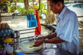 KOH SAMUI, THAILAND 8 APRIL 2013 Thai cooks traditional pancake with banana — Stockfoto
