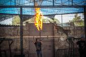 THAILAND KOH SAMUI 8 APRIL 2013 Dangerous trick - leopard jumping through the fire — Stockfoto