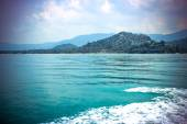 Sea Racing Rear View from speedboat on the mountains — Stock Photo