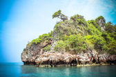 Hut on a limestone cliff in the Andaman Sea — Stock Photo