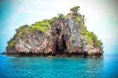 Cabane sur une falaise de calcaire dans la mer d'Andaman — Photo