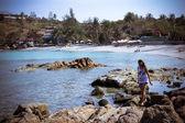 Vrouw loopt langs het strand — Stockfoto