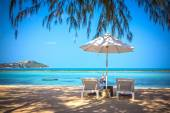 Sunbed and umbrella on a beautiful tropical beach — Stockfoto