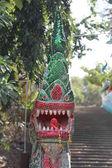 Alte treppe im dschungel mit drachen — Stockfoto