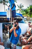 5 идут 2014. Ко-Самуи. Таиланд. счастливые друзья водная прогулка в день летних каникул — Стоковое фото