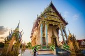 Beautiful temple isometric in Thailand on Koh Samui and blue sky — Stok fotoğraf