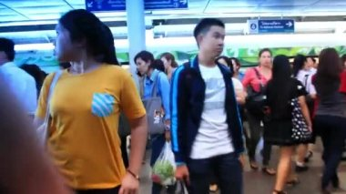 Thailand, Bangkok, 1 August 2014. Commuters walk inside metro station. HD. 1920x1080 — Stock Video