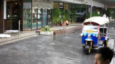 Thailand, Bangkok, 1 August 2014. Road in the city centre during torrential rain. Blurred background. HD. 1920x1080 — Stockvideo
