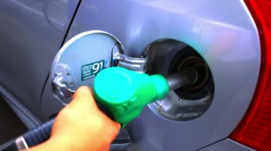 Pumping fuel in to the Car filling up with petrol. HD. 1920x1080 — Stock Video