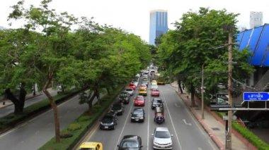 Бангкок 2014 2 августа. движение проходит оживленная дорога центра города тайской столицы. — Стоковое видео