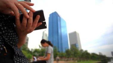 行使人民在城市公园城市场景和使用电话的人。境般曼谷。泰国。1920 x 1080 — 图库视频影像