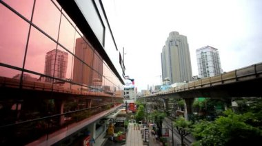 THAILAND 3 august 2015. Sky train in Bangkok with business building and reflection in windows. HD. 1920x1080 — Stockvideo