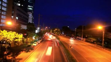 Traffic on a road in the city centre. Night time. Bangkok, Thailand. Timelapse speed up. HD. 1920x1080 — Video Stock