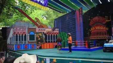 THAILAND, BANGKOK, 5 AUGUST 2014, dressed gorilla on stage for boxing. Hilarious show at Safari Park. HD. 1920x1080 — Wideo stockowe