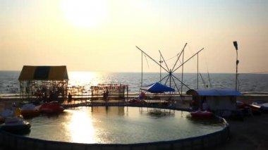 Enfants sautent sur trampoline sur la plage au coucher du soleil. Hd 1920 x 1080 — Vidéo
