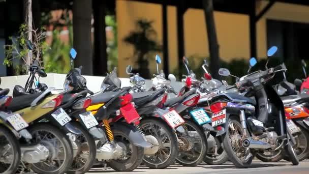 Tailandia, Koh Samui, 02 de julio de 2014, la fila de motos en la calle. Movimiento de cambio video de Tailandia. Hd 1920 x 1080 — Vídeo de stock