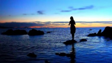 Silhouette of young woman walks on the sea to stone and photographs amazing sunset On beach. Koh Samui, Thailand — Stock Video