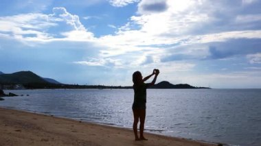 Woman taking picture of exotic beach with mobile phone on Koh Samui — Stock Video