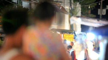 Самуи, Таиланд 18 июля 2014 года неопознанные туристов прогулка вдоль ночной улице. Hd. 1920 x 1080 — Стоковое видео