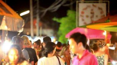 Koh Samui, Thailand 18 july 2014. Unidentified tourists walk along night street. hd. 1920x1080 — Stock Video