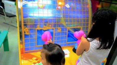 KOH SAMUI, THAILAND 19 JULY 2014 asian girls playing in game room. HD. 1920x1080 — Stock Video