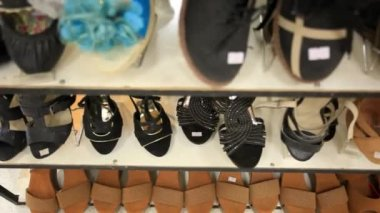 Rows of elegant, colored womens shoes on store shelves. HD. 1920x1080 — Stock Video