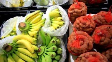 アジアの果物のバナナ、タマリンド、市場の屋台にパイナップル。ビジュアルエフェクト 1920 x 1080 — ストックビデオ