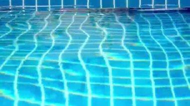 明媚的蓝天在游泳池中的水波纹。视频移运动 — 图库视频影像