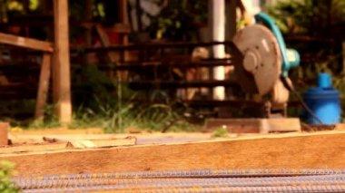 Kesme ve demir kesme makinesi kullanmak için inşaat demir. Video üst karakter hareket — Stok video