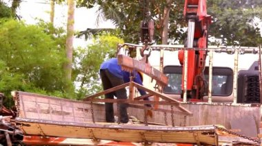 Crane activity at construction site, workers carry concrete slabs. Video — Stock Video