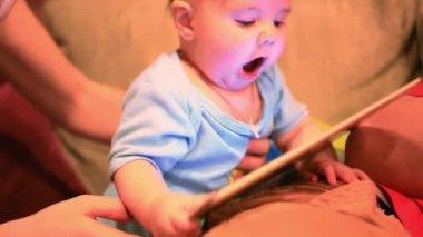 デジタル タブレットの赤ちゃん。ビジュアルエフェクト 1920 x 1080 — ストックビデオ