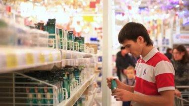 Man shopping in supermarket , choose a light bulb. HD. 1920x1080 — Stock Video