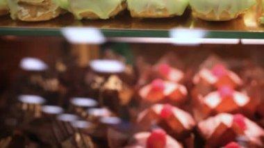 Presentation av kakor, bakverk i fönstret display canteen för god öken mat. Hd. 1920 x 1080 — Stockvideo