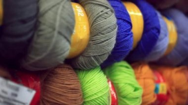 Colorful yarn in fabric market — Stock Video
