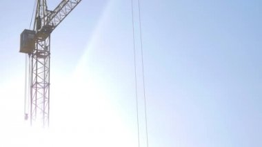 Crane on the construction site with workers by winter — Stock Video
