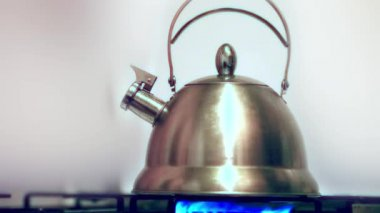 Tea kettle with boiling water on gas stove — Stock Video