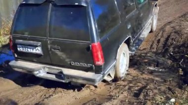SUV rides in the mud and trying to go in the autumn forest to compete in races — Stock Video