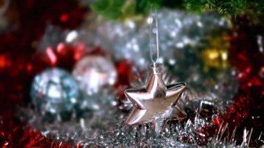 Beau Noël sapin décoré de jouets New Years suspendus silver star — Vidéo