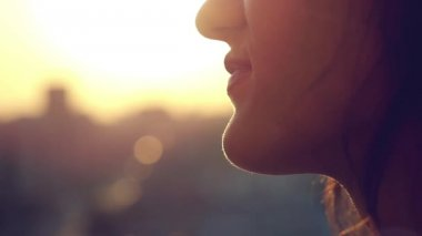Slow motion of young couple look each other of sunset light in the city — Stock Video